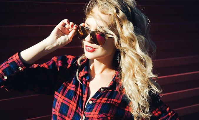 Cachos platinados: Como cuidar dos cabelos cacheados com luzes?