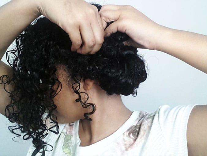 Coque lateral para cabelos cacheados: passo a passo