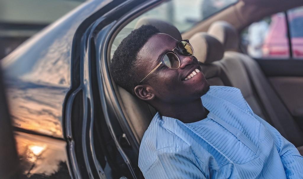 joshua oluwagbemiga 974526 unsplash - 16 cortes de cabelo masculino crespo para nunca mais dizer que ficou sem criatividade