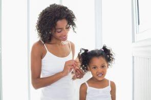 imagem menor 295x197 - Cabelo de criança: Saiba como desembaraçar o cabelo crespo