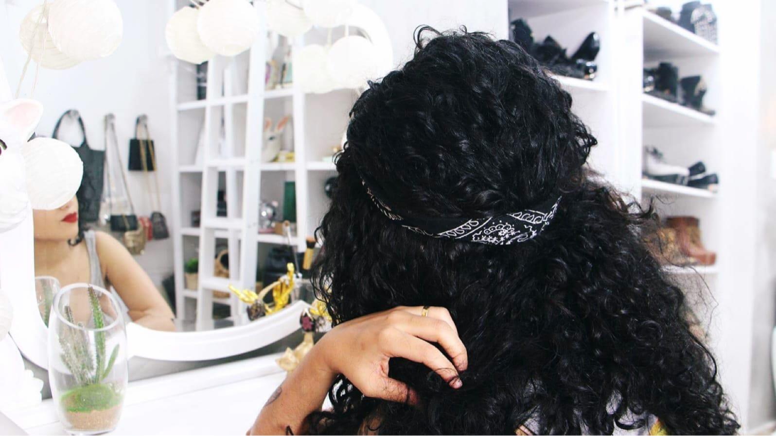 Penteado com bandana para cabelos cacheados