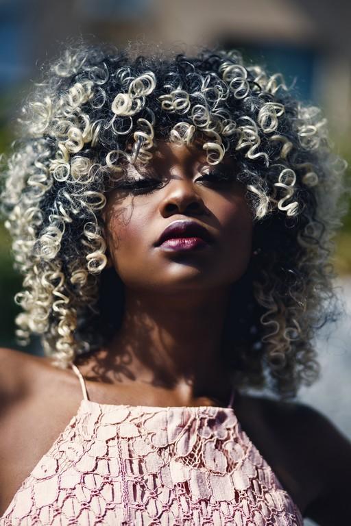 beautiful beauty curly 897322 1 - Reflexo no cabelo, luzes ou mechas: qual escolher e diferenças