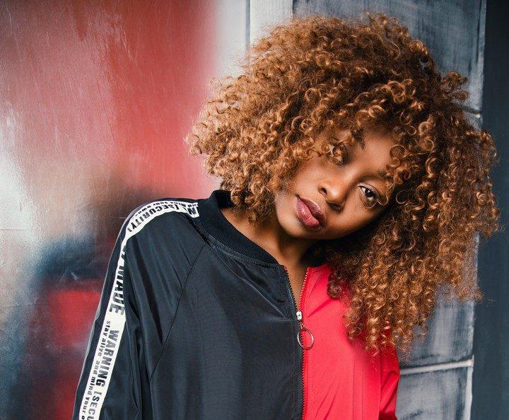 afro curly hair fashion 833170 e1551291380129 - Cabelos estiloso: melhores inspirações de cortes