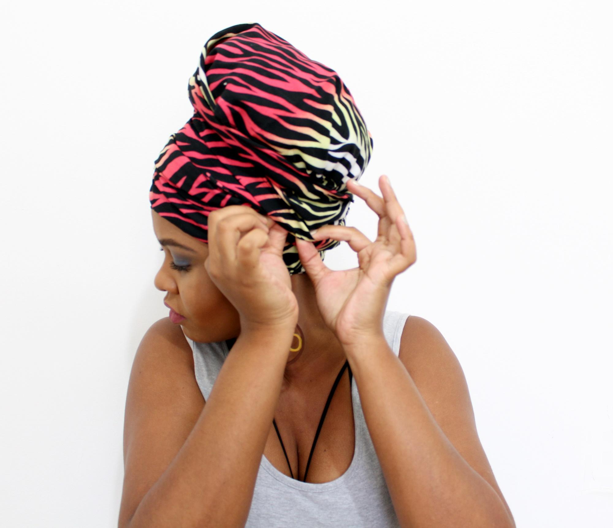 Penteado com turbante para cabelo curto cacheado