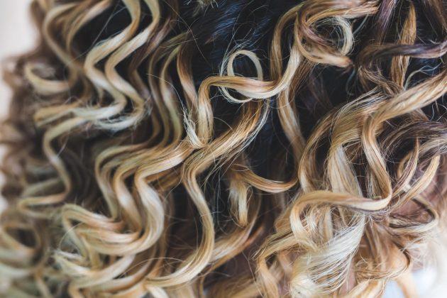 iStock 1007542822 630x420 - Mechas loiras: cuidados com mechas para cabelos cacheados