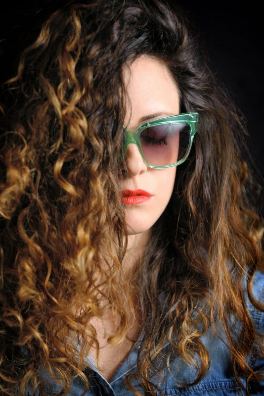 Mechas loiras: cuidados com mechas para cabelos cacheados