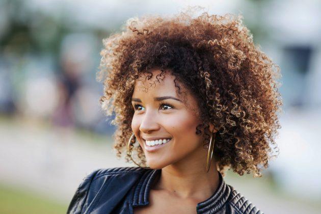 iStock 854648302 630x420 - Mechas loiras: cuidados com mechas para cabelos cacheados