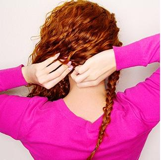 Menina com penteado meio solto lateral