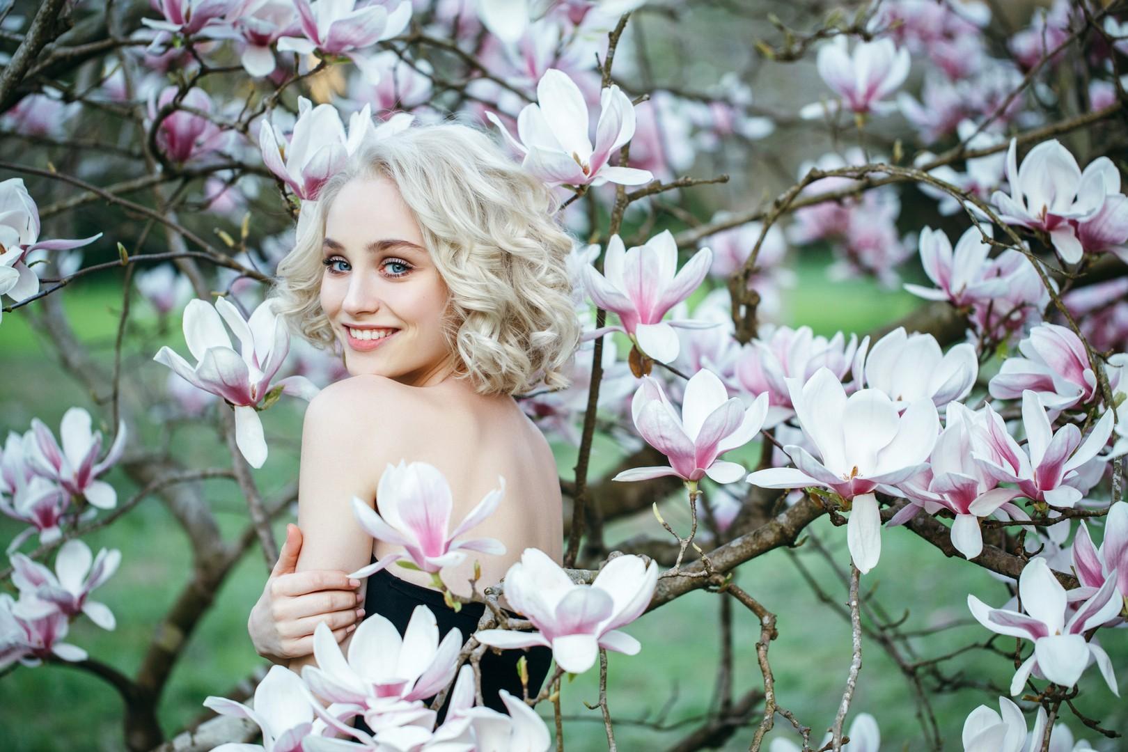 mulher de cabelo loiro em meio à natureza