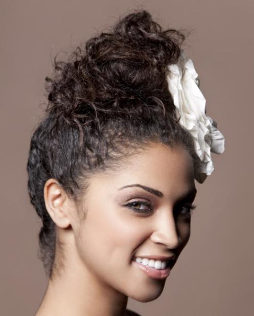 penteado cabelo cacheado com acessório - Penteado de noiva: dicas para combinar vestido e penteado