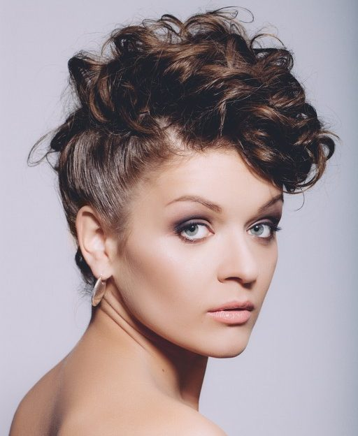 penteados para cabelos cacheados para festa9 e1549993590434 - Penteados para cabelos cacheados para festa: Escolha o seu preferido e arrase