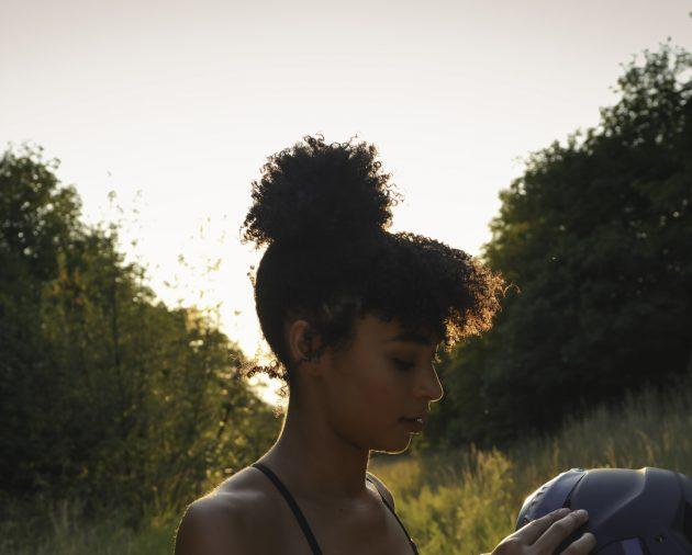 iStock 827201706 630x506 - Penteados para cabelos crespos e cacheados: 60 inspirações