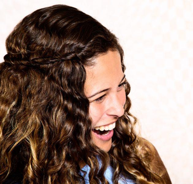 iStock 859567794 630x599 - Penteados para cabelos crespos e cacheados: 60 inspirações