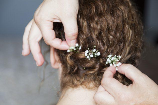 penteado com acessório 630x420 - Penteados para cabelos crespos e cacheados: 60 inspirações
