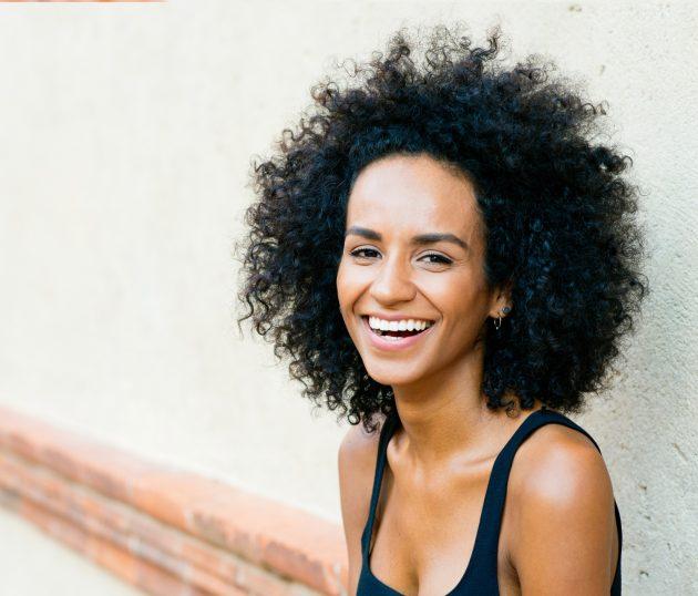 tonalizante preto azulado 1 630x538 - Penteados para cabelos crespos e cacheados: 60 inspirações
