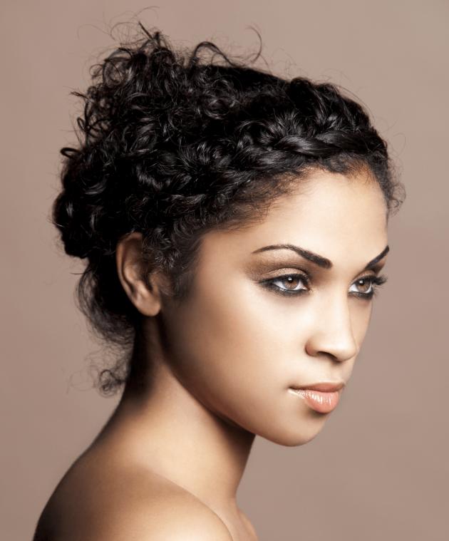 Coque com trança min 630x759 - Trança lateral: penteados lindos com trança lateral para se inspirar