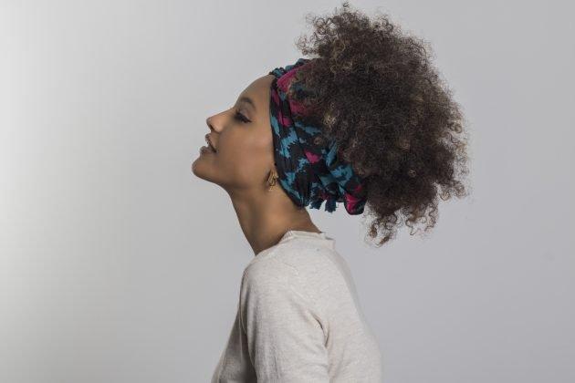 coque abacaxi com turbante 630x420 - Penteados em cabelos médios: Fotos e dicas de penteados incríveis