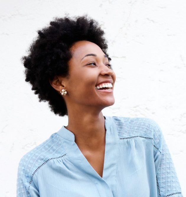Corte de cabelo curto cacheado: inspirações de cortes chanel, pixie, bob e mais