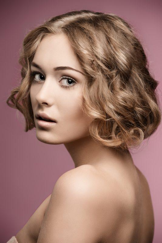 Cabelo ondulado curto: inspirações de cortes, penteados e dicas de finalização e cuidados