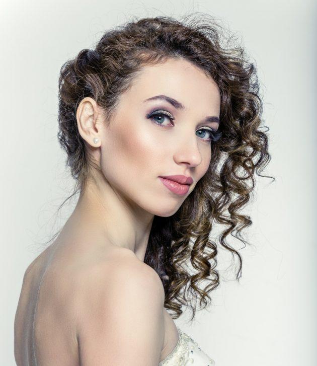 Penteados para mãe da noiva cabelo médio 1 630x727 - Penteados para mãe da noiva: inspirações de penteados para cerimônias de dia ou noite