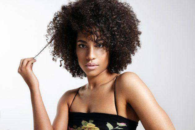 como cachear 2 630x420 - Como cachear o cabelo: aprenda a fazer fitagem, dedoliss, plopping, twists e outras técnicas