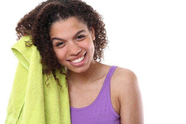 Frizz: dicas para quem quer alinhar os fios, definir os cachos e diminuir os cabelos com frizz