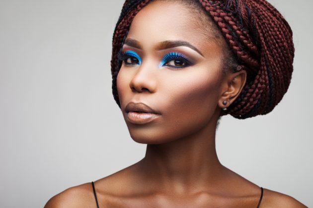 Modelos de tranças: trança embutida, enraizada, afro, variações de penteados com trança e mais