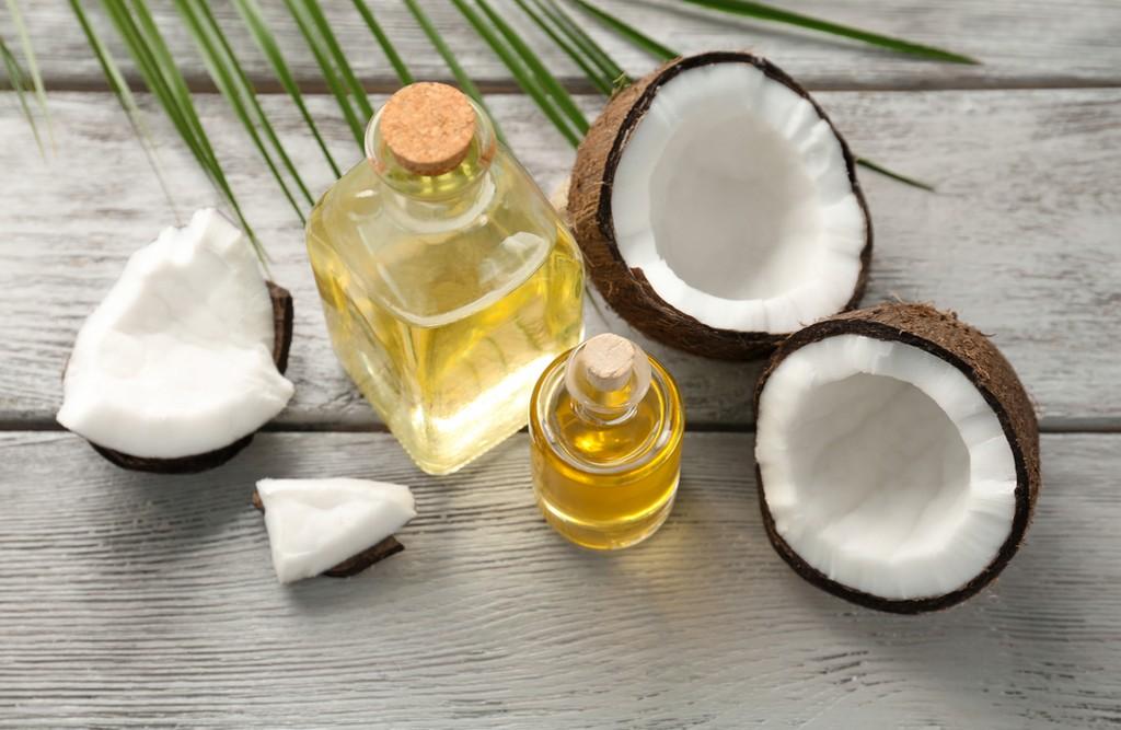 Como usar óleo de coco nos cabelos corretamente para nutrir os fios