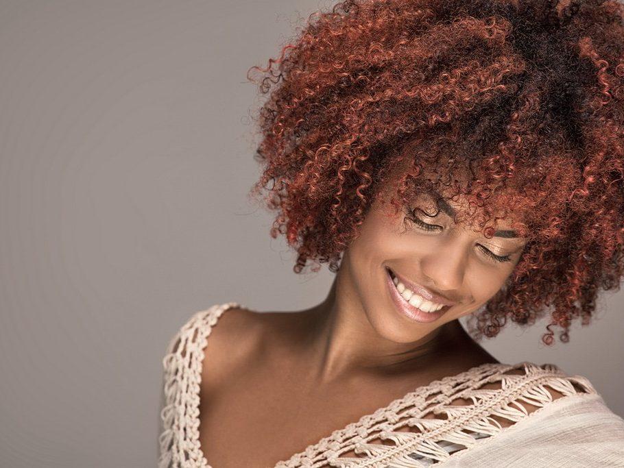 Mechascoloridas16 Shutterstock 910x683 - Mechas coloridas: 19 ideias diferentes de mechas coloridas para apostar