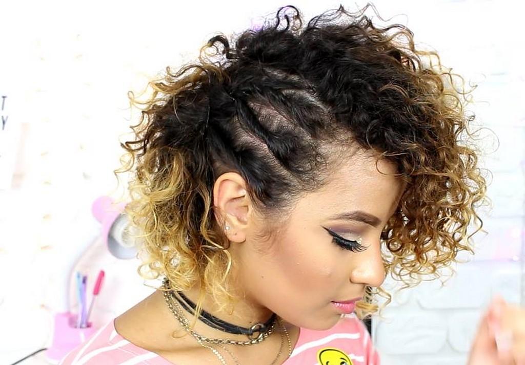 Mulher de cabelo cacheado curto com penteado torcidinho lateral