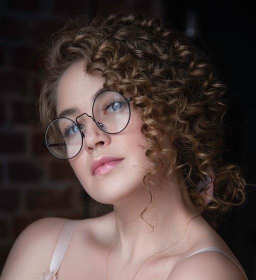 Mulher com cabelo cacheado crespo usando penteado
