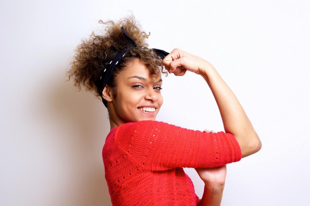Mulher de cabelo crespo, preso, com bandana