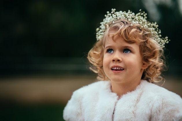 Penteados com crianças com cabelos ondulados 17 630x420 - Penteados para daminhas: dicas de penteados fáceis e elegantes