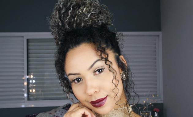 Penteados com coque para cabelos crespos e cacheados: Passo a passo e lindas inspirações