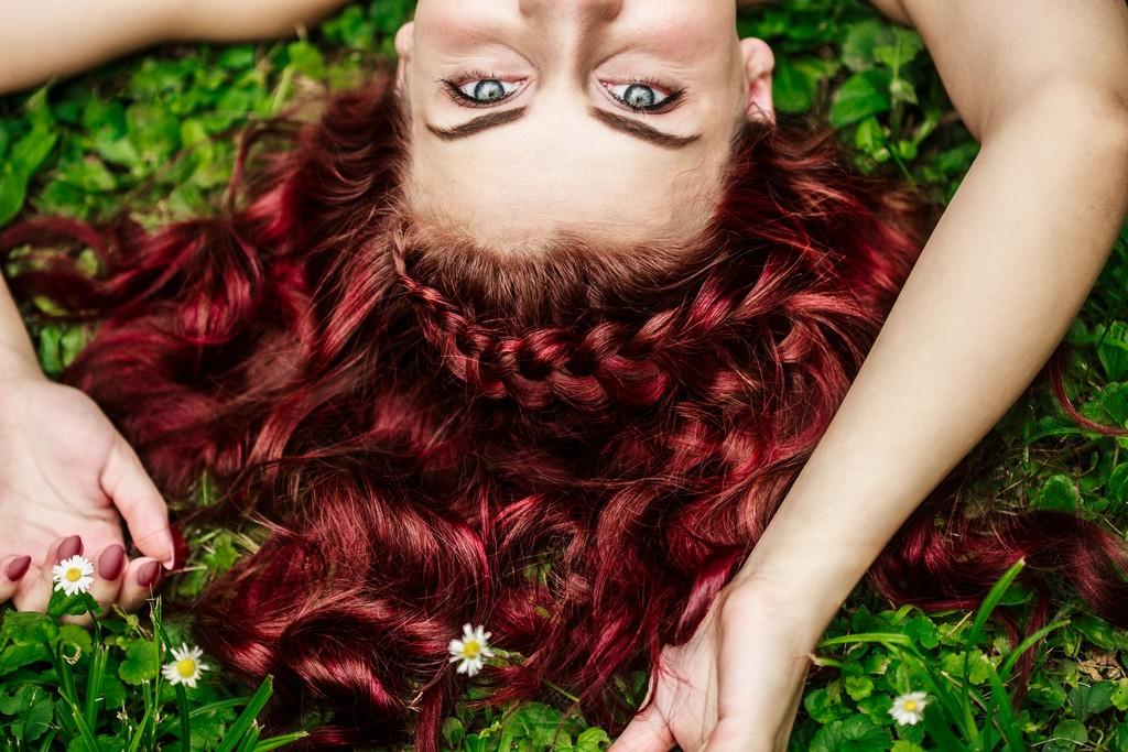 cabelo vermelho borgonha1 - Mechas vermelhas: tudo sobre a mais nova tendência dos cabelos