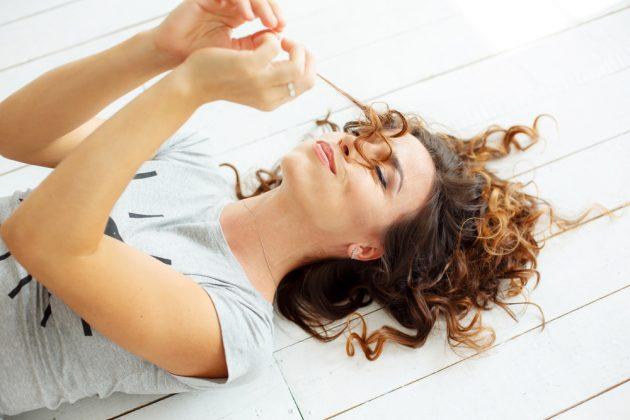 Cores para cabelo cacheado: Tendências de tons, luzes, mechas e muitas dicas