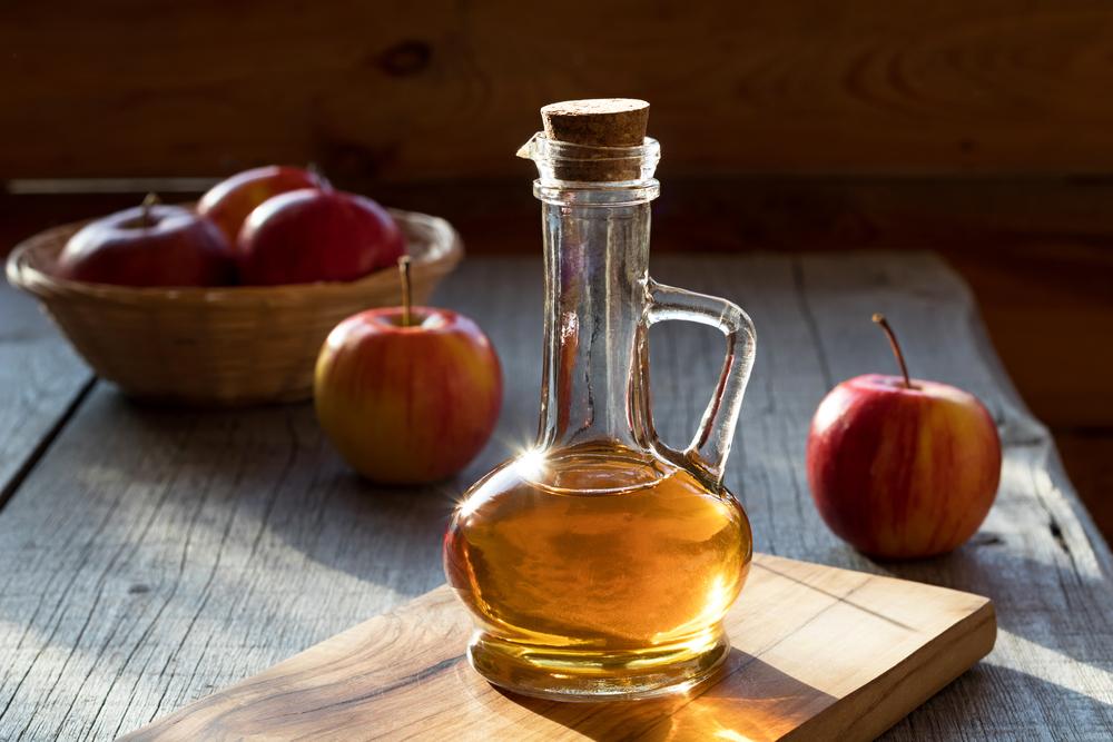 Saiba qual é o efeito do vinagre de maçã no cabelo e aprenda como usar