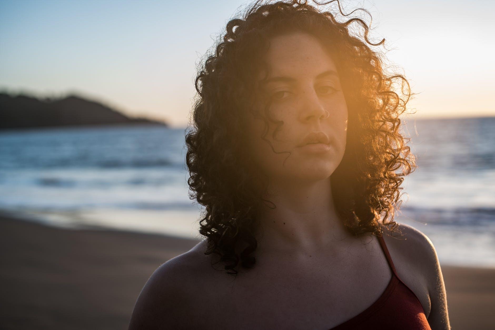 Como proteger o cabelo cacheado do sol