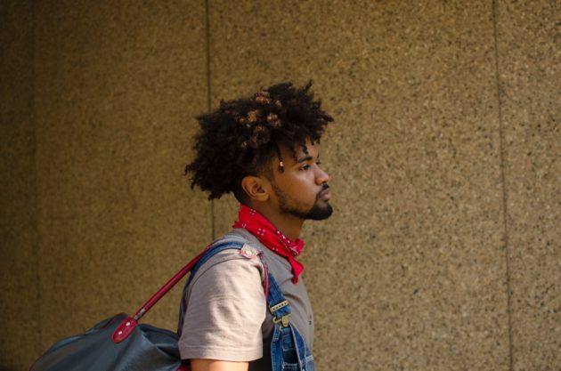 cabelo cacheado raspado do lado 1 1 630x417 - 16 cortes de cabelo masculino crespo para nunca mais dizer que ficou sem criatividade