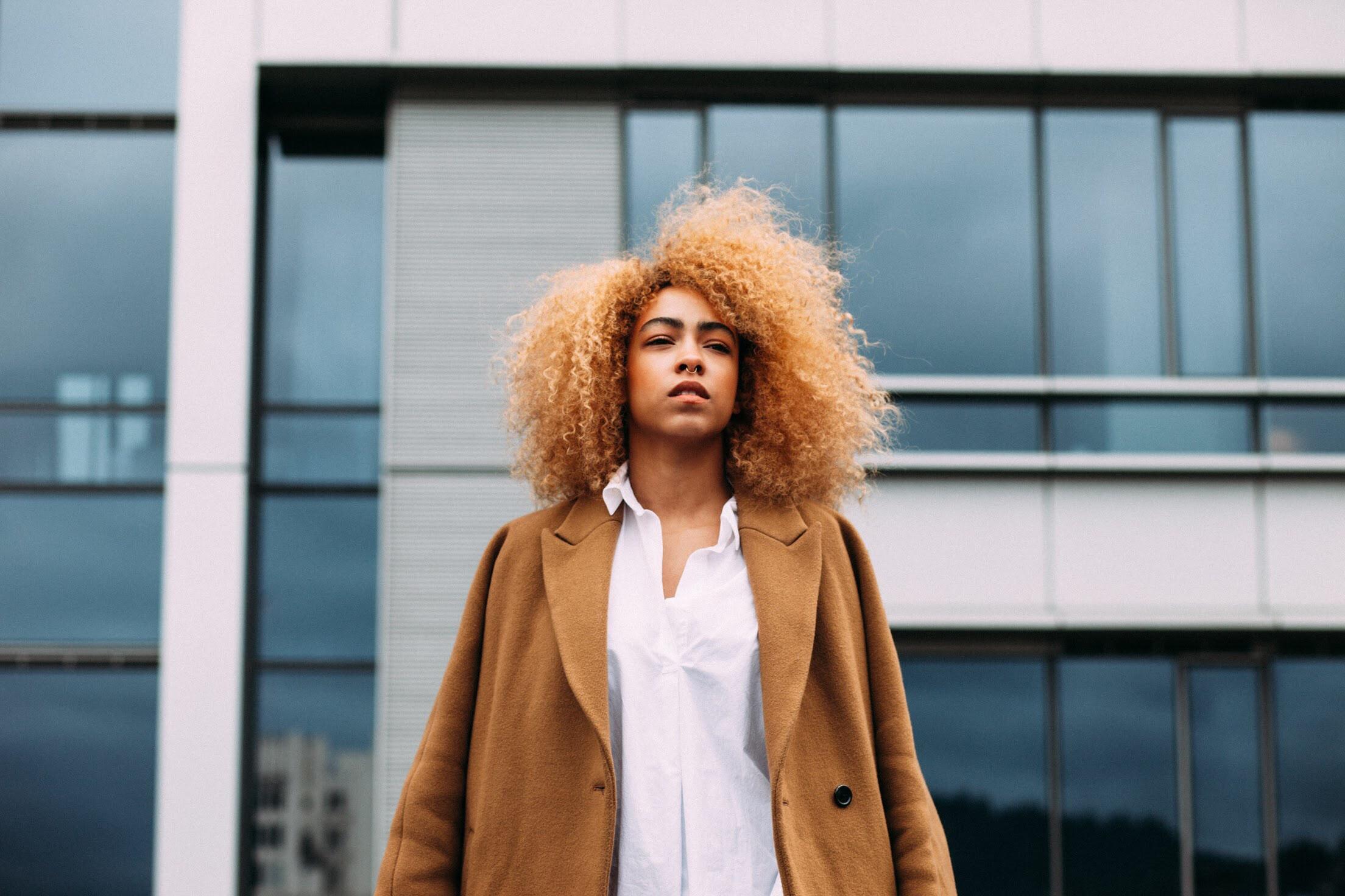cabelo cacheado descolorido capa - 3 cuidados fundamentais para quem descoloriu os fios
