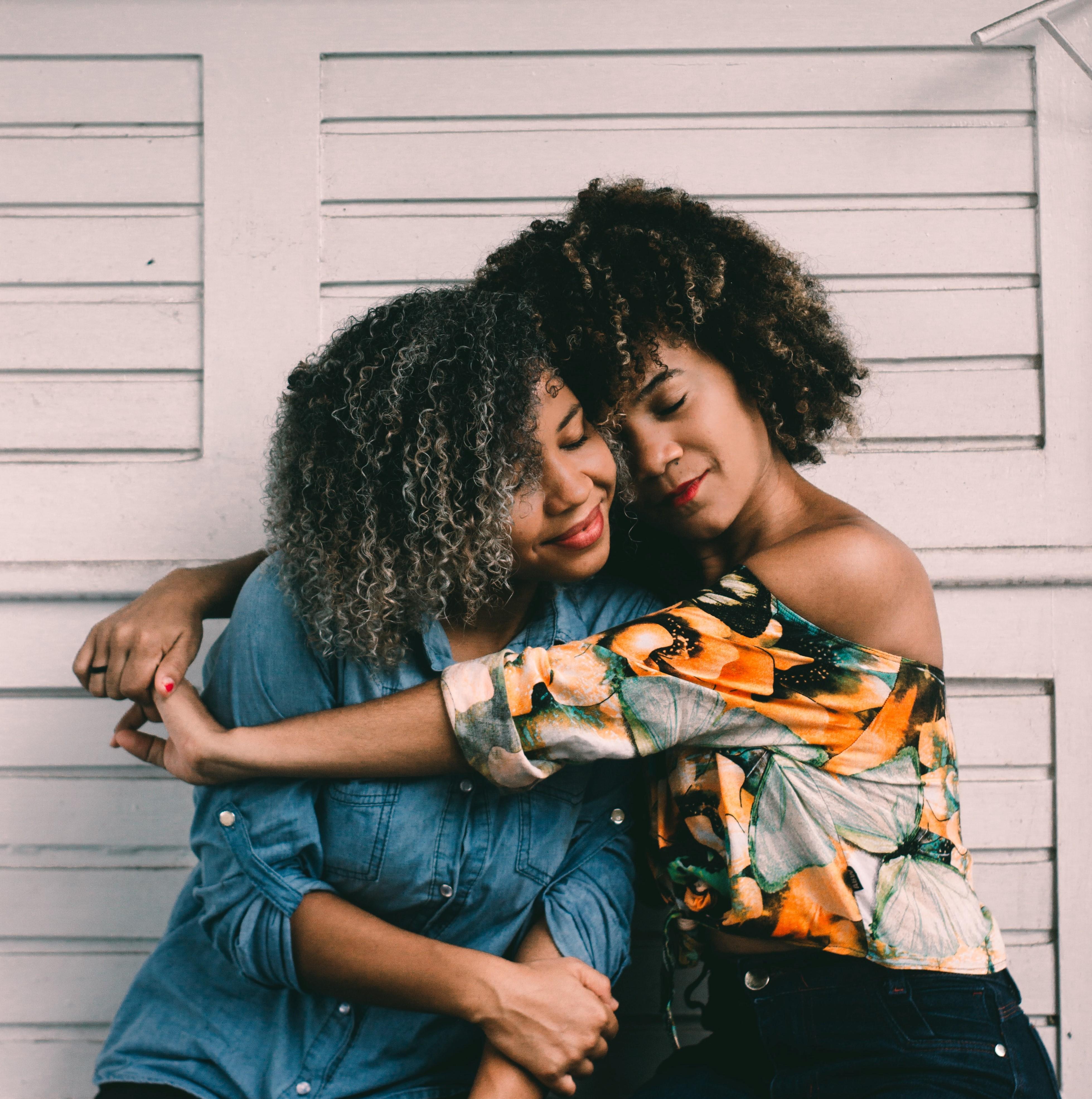 Veja as duas modeles felizes com os seus cabelos cacheado bem cuidado