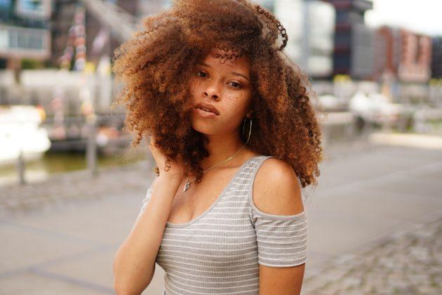 309503be ae8b 4443 ab4e d01ff508944c 630x420 - Conheça a beleza do cabelo crespo loiro e saiba como cuidar