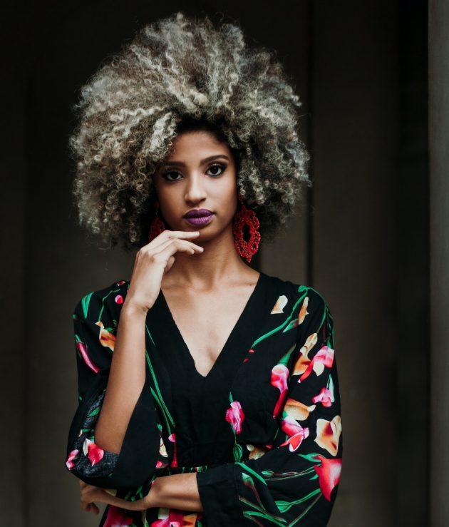 380aac88 7a34 43fc a121 65b8a710b259 630x739 - Conheça a beleza do cabelo crespo loiro e saiba como cuidar