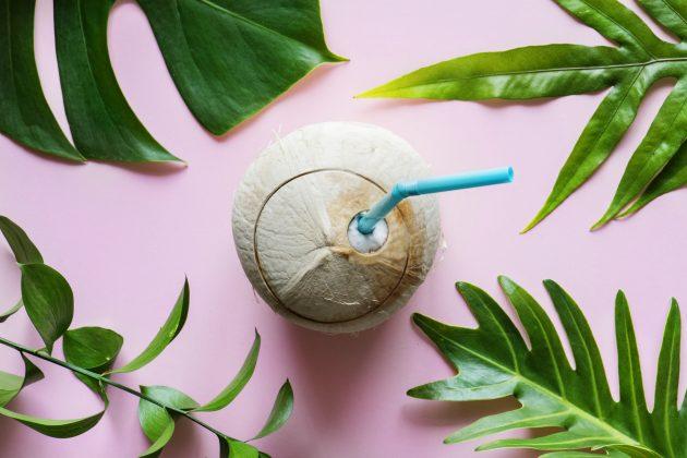 gua de coco no cabelo saiba como usar 630x420 - Saiba como garantir os benefícios da água de coco no cabelo cacheado