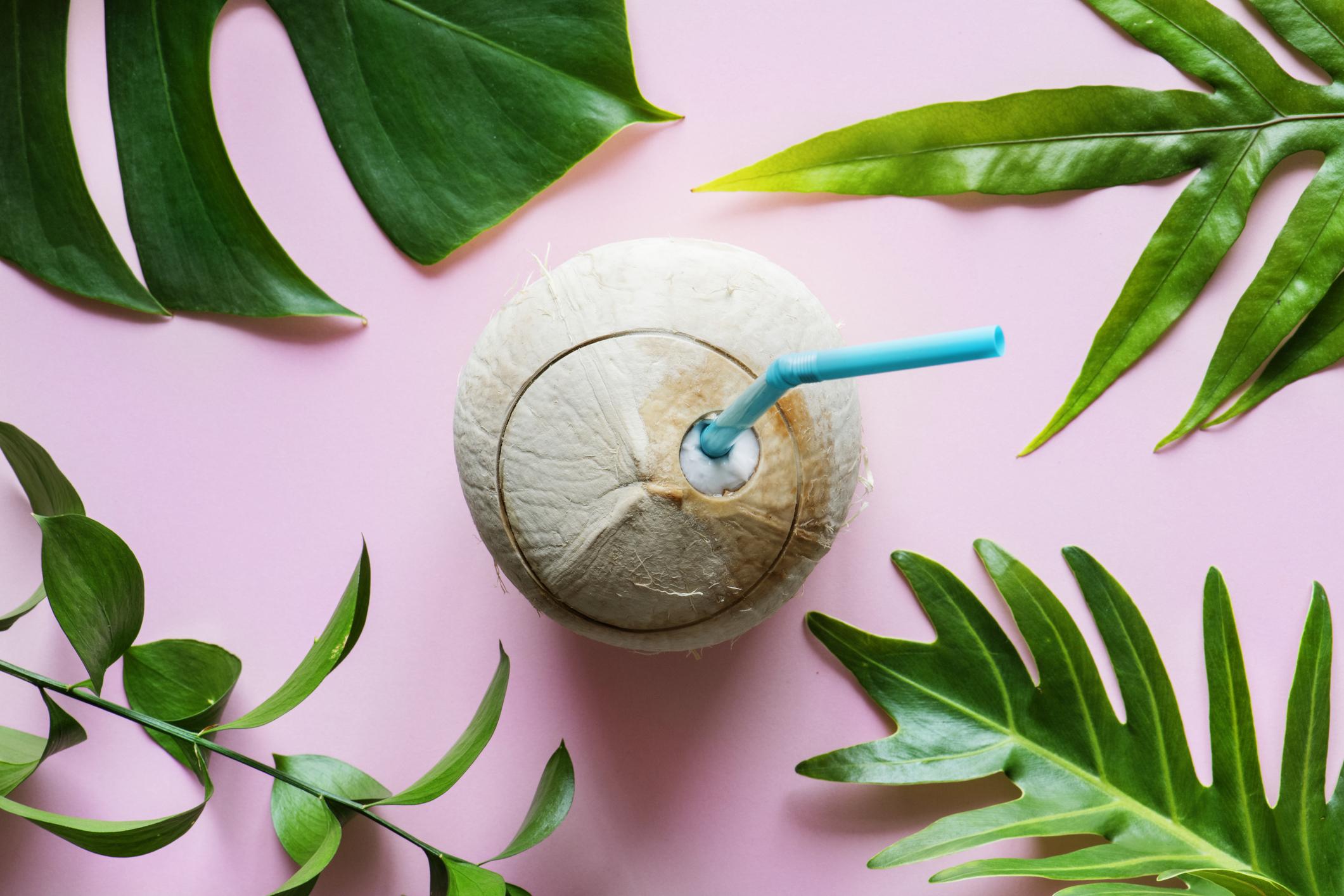 Água de coco no cabelo cacheado