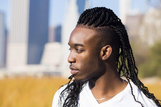Cabelo afro com tranças box braids e lateral da cabeça raspado 630x420 - Guia completo das tranças masculinas box braids