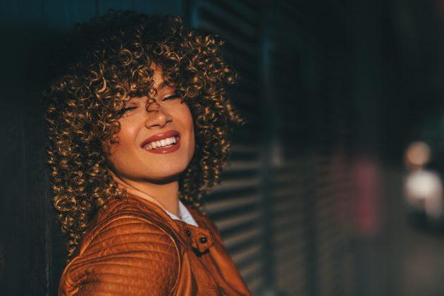 cabelo castanho iluminado 1 630x420 - Cabelo castanho iluminado: dicas e inspirações para crespas e cacheadas
