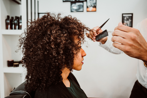 cabeleireiro especialista em cachos - 3 motivos para você cortar o seu cabelo com um especialista em cachos