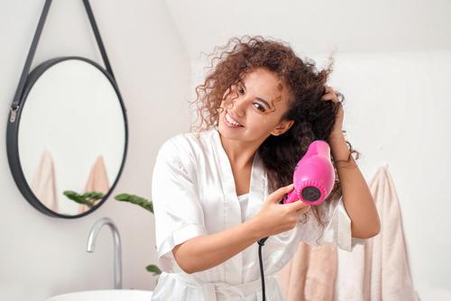 Rotina de cuidados para proteção do cabelo cacheado do calor
