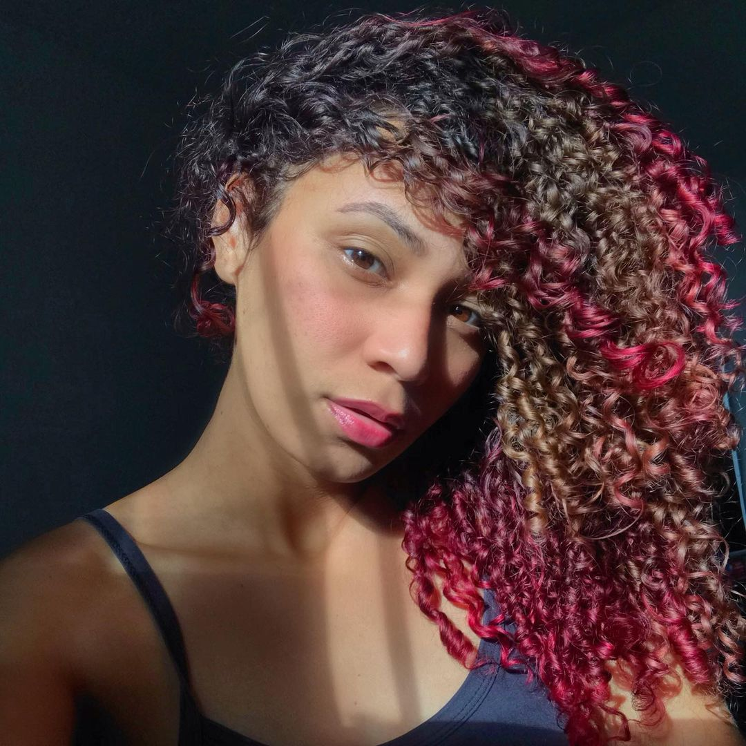 mechas coloridas em cabelo cacheado - Cabelo cacheado com mechas coloridas:  11 inspirações para colorir os seus cachos